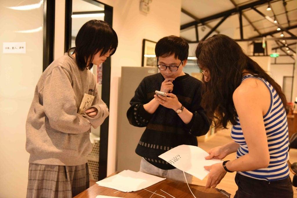 préparant les collages de poèmes à Pékin